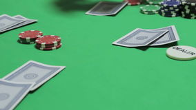 La distribuzione delle carte da gioco ai giocatori di poker archivi video