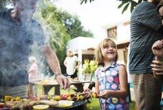 La diversa gente che gode del barbecue fa festa insieme fotografie stock libere da diritti