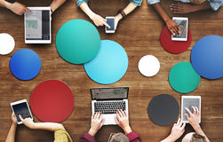 La diversa gente passa Team Busy Devices Concept immagini stock libere da diritti