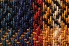 La diverse laine colorée filète le plan rapproché de macro de modèle de tissu Photo libre de droits