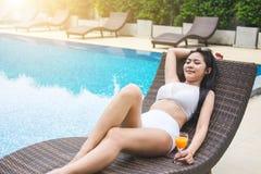 La diversión del verano en día de fiesta, mujer hermosa feliz que se relaja toma el sol n fotografía de archivo libre de regalías