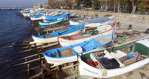 La diversidad de los barcos de pesca en el Pomorie costero en Bulgaria Fotografía de archivo