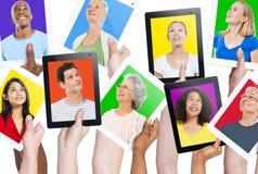La diversité remet le concept de variation de communication de dispositifs de Digital images stock