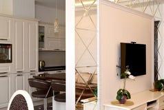 La división de la pared del interroom publicó por los espejos entre un dibujo foto de archivo libre de regalías