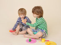 La divisione dei bambini finge l'alimento Fotografia Stock Libera da Diritti