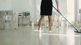 La domestica che lava il pavimento video d archivio