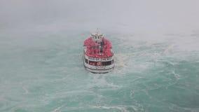 La domestica della barca di giro della foschia al cascate del Niagara archivi video
