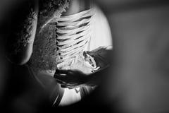 La domestique du ` s de jeune mariée dépouille de beaux rubans sur le corset du ` s de jeune mariée Pékin, photo noire et blanche Photos stock