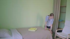 La domestique fait le lit dans la pension clips vidéos