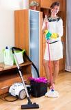 La domestique nettoie la maison Photo stock