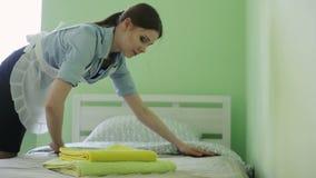 La domestique obtient dans le lit clips vidéos