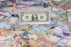 La dominación del dólar sobre otras monedas es imagenes de archivo