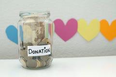 La donation donnent la charité de pot d'argent et le concept de soulagement photographie stock libre de droits