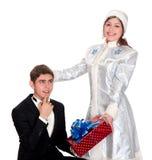 La doncella de la nieve da los presentes para la Navidad Foto de archivo libre de regalías