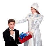 La doncella de la nieve da los presentes para la Navidad Imágenes de archivo libres de regalías