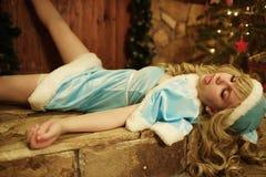 La doncella de la nieve miente y culebrea en el umbral de la casa adornado en estilo de la Navidad Imagen de archivo libre de regalías