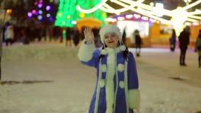 La doncella de la nieve acoge con satisfacción a gente antes de la Navidad en el cuadrado El plan medio almacen de video
