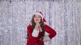 La doncella de la nieve regaña y señala su finger un poco más reservado Fondo de Bokeh almacen de metraje de vídeo
