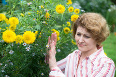 La donna è allergica ai fiori Immagine Stock Libera da Diritti