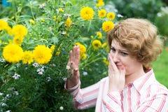 La donna è allergica ai fiori Fotografia Stock Libera da Diritti