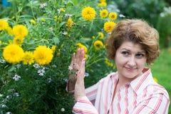 La donna è allergica ai fiori Immagine Stock
