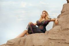 La donna è alta su una duna di sabbia Immagini Stock Libere da Diritti