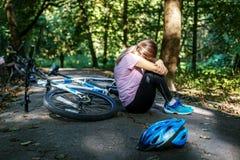 La donna è caduto dalla bici trauma Il concetto di riciclaggio e Fotografia Stock Libera da Diritti