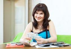 La donna è calcolata il bilancio familiare Immagini Stock Libere da Diritti