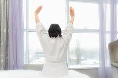 La donna è distesa a letto Immagine Stock