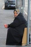 La donna è elemosinare all'aperto a Graz, Austria immagine stock