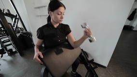 La donna è impegnata negli sport archivi video