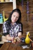 La donna è impegnata nella piantatura dei fiori fotografia stock libera da diritti