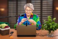 La donna è membro del club tricottante online Fotografia Stock