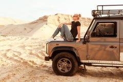 La donna è sul cappuccio dell'automobile Immagine Stock Libera da Diritti