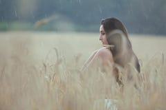 La donna è in un giacimento di grano Fotografia Stock