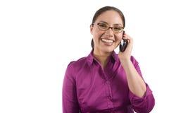 La donna abbastanza asiatica comunica sul telefono Immagine Stock