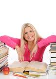 La donna abbastanza astuta con i lotti dei libri studia Fotografie Stock