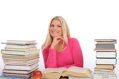 La donna abbastanza astuta con i lotti dei libri studia Fotografia Stock