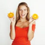 La donna abbastanza bionda dei giovani con le mezze arance si chiude su isolato sul sorridere adolescente luminoso bianco Fotografie Stock