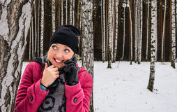 La donna abbastanza felice riceve le buone notizie al telefono fotografia stock