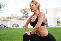 La donna abbastanza forte di sport dei giovani fa l'allungamento di sport Immagini Stock Libere da Diritti