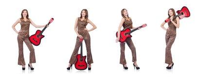 La donna in abbigliamento del leopardo su bianco con la chitarra Immagini Stock