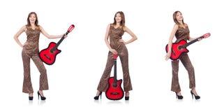 La donna in abbigliamento del leopardo su bianco con la chitarra Fotografia Stock Libera da Diritti