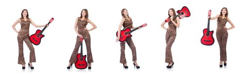 La donna in abbigliamento del leopardo su bianco con la chitarra Immagine Stock Libera da Diritti