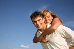La donna abbraccia l'uomo Immagine Stock