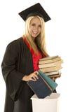 La donna in abito nero di graduazione prenota in immondizia Fotografie Stock Libere da Diritti