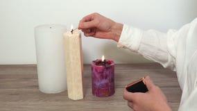 La donna accende le candele video d archivio
