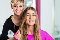 La donna ad ottenere del parrucchiere consiglia Immagini Stock Libere da Diritti