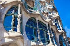 La donna ad una finestra della progettazione di Gaudi ha progettato la casa Batllo a Barcellona Spagna immagini stock libere da diritti