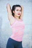 La donna adatta di forma fisica che fa l'allungamento si esercita all'aperto al parco Fotografia Stock Libera da Diritti